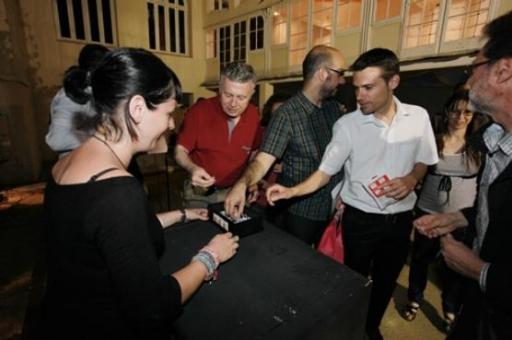 Els periodistes tarragonins recullen la seva Petxina Daurada en forma de xapa. FOTO: PERE TODA