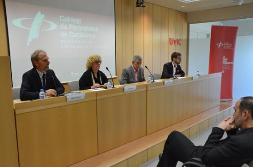 Vista general de la taula de la conferència a Vic