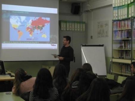 El periodista Abel Gallardo durant la xerrada, avui, al Pius Font i Quer