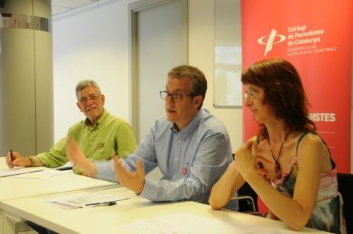 Gonçal Mazcuñán i Enric Badia (al centre), del Col·legi de Periodistes, i Gemma Puig, d'El Galliner