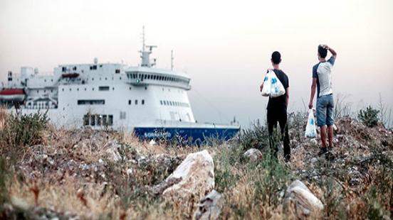 """Morteza i Ali s'acosten al ferri d'Itàlia (Patres). Del projecte """"Surviving Greece"""". Autor: Mattia Insolera / FotoPres """"la Caixa"""