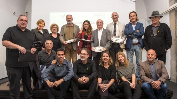 Els guanyadors de les Mosques amb la Junta de Girona i la degana del Col·legi.