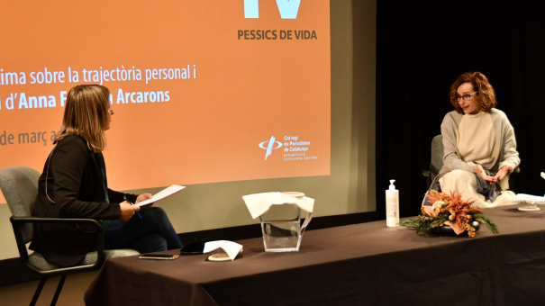 La periodista Queralt Casals (esquerra) i la doctora Anna Forcada.