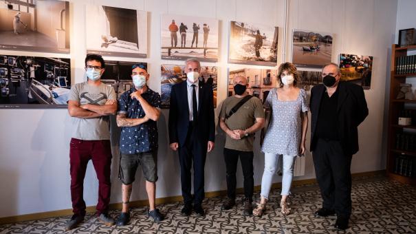 Albert Piñeira i Jordi Grau amb alguns dels fotoperiodistes que participen a la mostra.