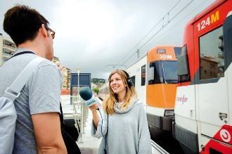Una periodista de Ràdio Arenys durant una entrevista. Foto: Vicente Pruna