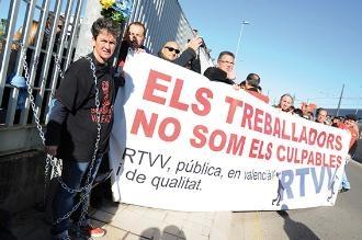 Concentració d'afectats per l'ERO davant de Canal 9. Foto: Prats i Camps