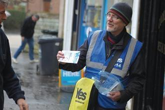 Un voluntari de la campanya pel Si. Foto: Oriol Gracià