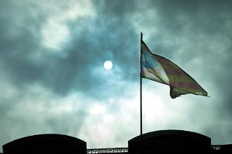 Banderes als balcons, un símbol del conflicte. Foto: David Campos