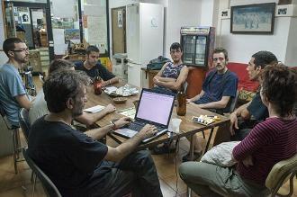 Una assemblea de LaTele, amb seu a Gràcia. Foto Dani Codina