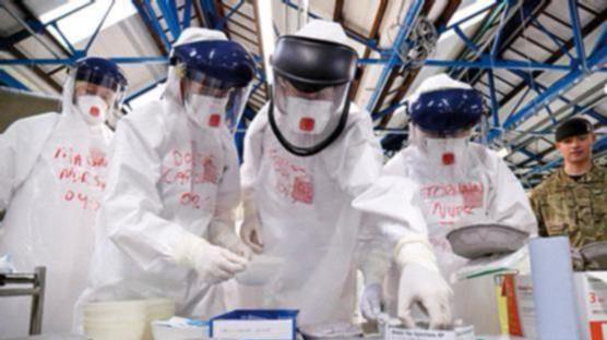 Metges i infermers del Servei Nacional de Salut britànic durant un assaig. Foto:Simon Davis