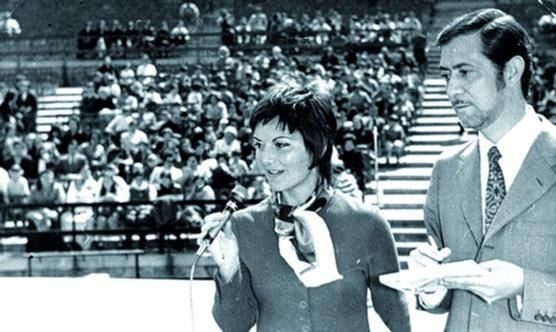 La periodista Maribel Álvarez, retransmetent un acte en directe, l'any 1971.