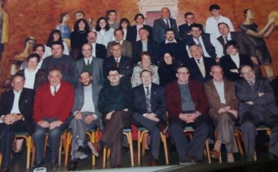 Català (amb corbata al centre de la primera fila) amb l'equip de La Veu de l'Anoia el 1994. (Foto: Veu de l'Anoia)