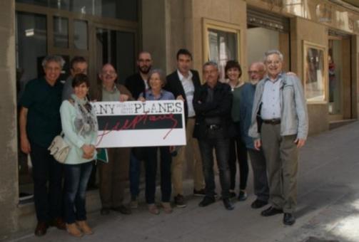Membres de la Comissió Any Planes davant del núm. 27 del carrrer de la Canal, de Manresa, on va néixer el periodista.