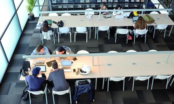 Estudiants de la Blanquerna a la Biblioteca. (Foto:Dani Codina)