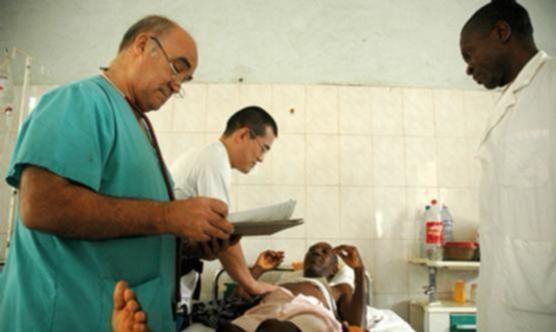 A l'esquerra, Manuel García Viejo, metge espanyol que va morir després d'infectar-se d'ebola. Foto: Jordi Rovira