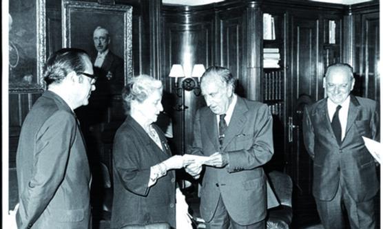 María Luz Morales rep el premi Godó del 1973 de la mà de Carlos Godó  Valls, segon comte de Godó. Foto: Pérez de  Rozas /  Arxiu  La Vanguardia