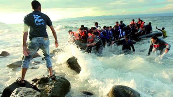 Refugiats sirians arriben a l'illa grega de Lesbos davant la mirada d'un membre de l'ONG IsraAid. Foto:  Lior Sperandeo /  IsraAid