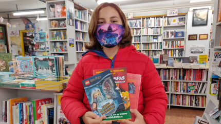 En Joel Piquer, amb els llibres que va elegir a la llibreria 22.