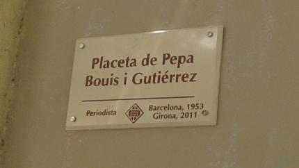 La placa de la plaça dedicada a la Pepa Bouis.