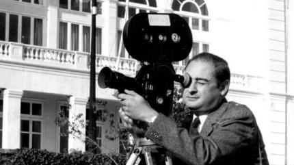 Joan Martí amb la seva càmera Paillard-Bolex H16 filmant en els exteriors de Miramar (Arxiu Joan Martí)