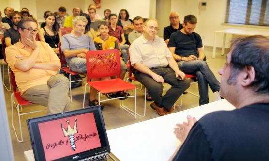 Una quarantena de persones van escoltar Manel Fontdevila a Manresa / Foto: Salvador Redó
