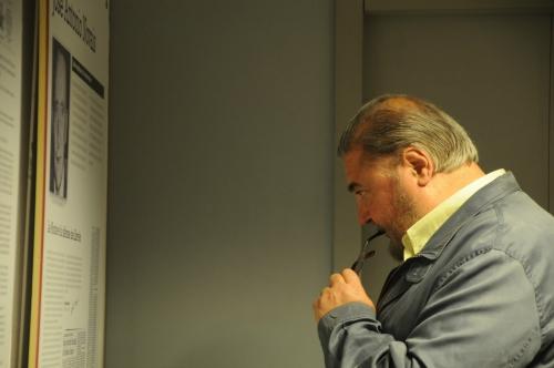 Antonio Franco mirant l'exposició.