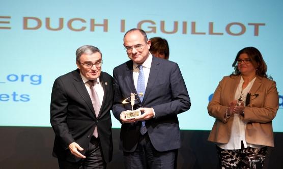 Jaume Duch va rebre el premi de mans d'Àngel Ros