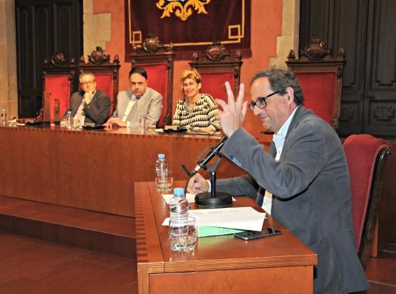 Moment en què el secretari del jurat va llegir el veredicte del IV Premi Josep M. Planes