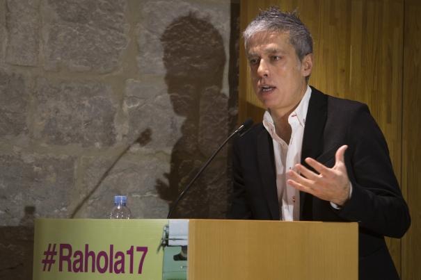 """Albert Om, durant la conferència """"Qui té el poder?"""""""