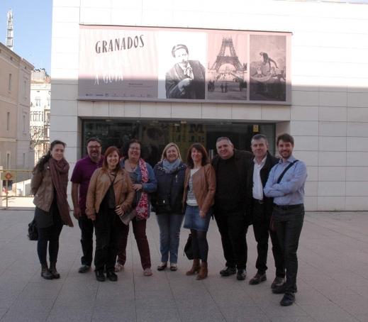 Foto de grup amb els periodistes, Pep Gorgori (primer per la dreta) i el director del Museu de Lleida, Josep Giralt (segon per la dreta)