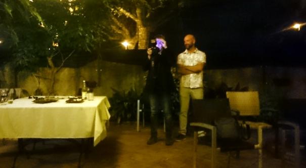 En Jordi Ribot, comprovant com havia de quedar la foto de grup.