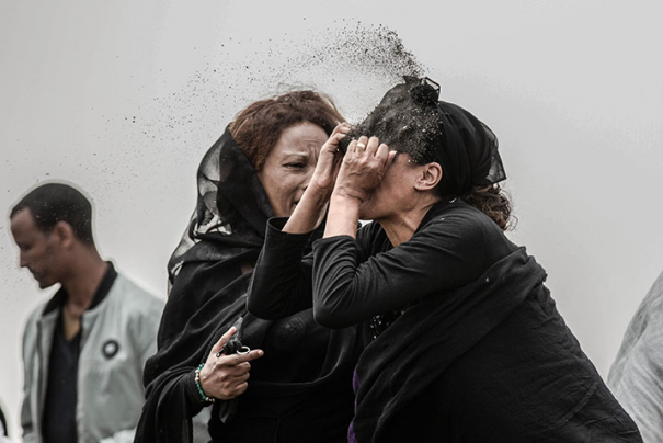 Fotografia finalista del World Press Photo 2020 / Relative Mourns Flight ET 302 Crash Victim © Mulugeta Ayene, Ethiopia, Associated Press