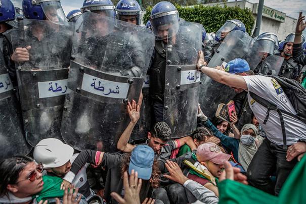 Fotografia finalista del World Press Photo 2020 / Clash with the Police During an Anti-Government Demonstration © Farouk Batiche, Algeria, Deutsche Presse-Agentur