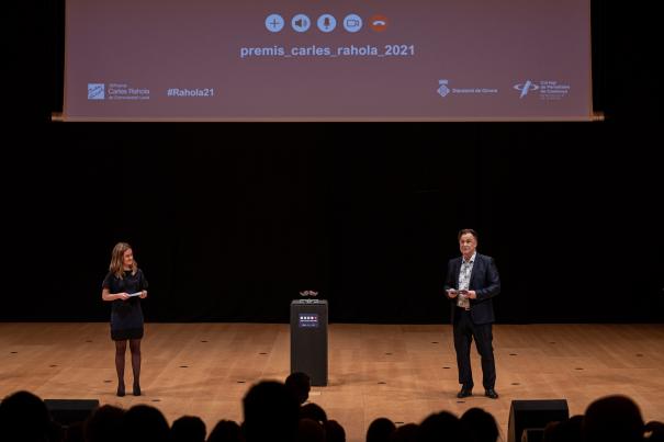 Els presentadors de la gala, la periodista Aida Fuentes i l actor Martí Peraferrer.