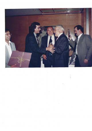 En Pere Madrenys, quan va rebre la Mosca Petrus de mans d Enric Matarrodona.