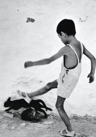 Un nen a Eivissa el 1954. Foto: Oriol Maspons